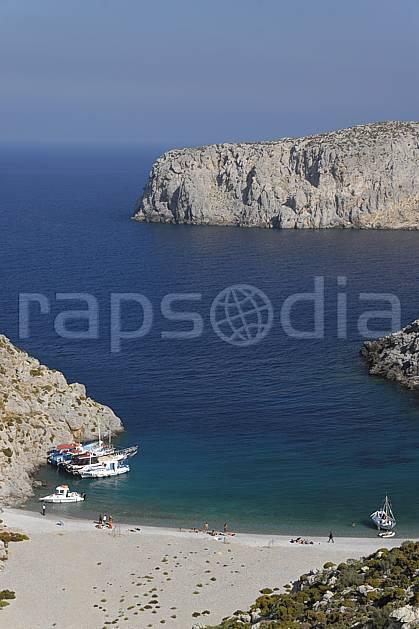 ha064047LE : Ile de Kalymnos, Crique et bateaux.  Europe, CEE, île, baie, bateau, plage, C02, C01 environnement, groupe, mer, paysage, personnage, transport, voyage aventure (Grèce).