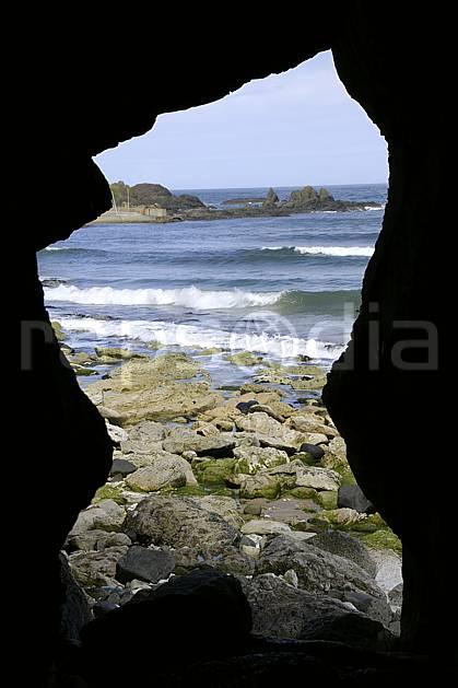 ha071879LE : Plage de White Park Bay, Portbraddan, Ulster (Irlande du Nord).  Europe, CEE, plage, littoral, grotte, vague, C02 mer, paysage (Irlande Royaume-Uni).