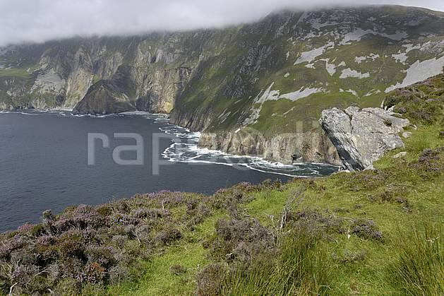 ha072013LE : Bruyères et falaises de Slieve League, Donegal.  Europe, CEE, littoral, falaise, C02 mer, nuage, paysage (Irlande).