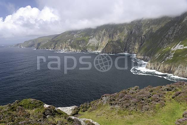 ha072014LE : Bruyères et falaises de Slieve League, Donegal.  Europe, CEE, littoral, falaise, C02 mer, nuage, paysage (Irlande).