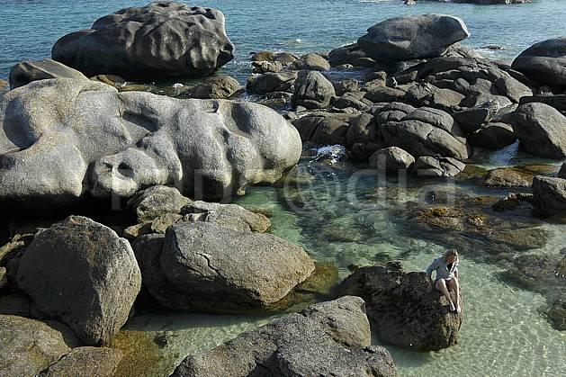 hb055245LE : Finistère, Bretagne.  Europe, CEE, plage, C02, C01 femme, mer, paysage, personnage (France).