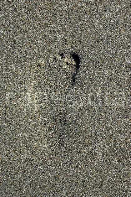 hb055279LE : Trace de pied sur une plage, Bretagne.  Europe, CEE, plage, trace, pied, pas, C02, C01 mer (France).