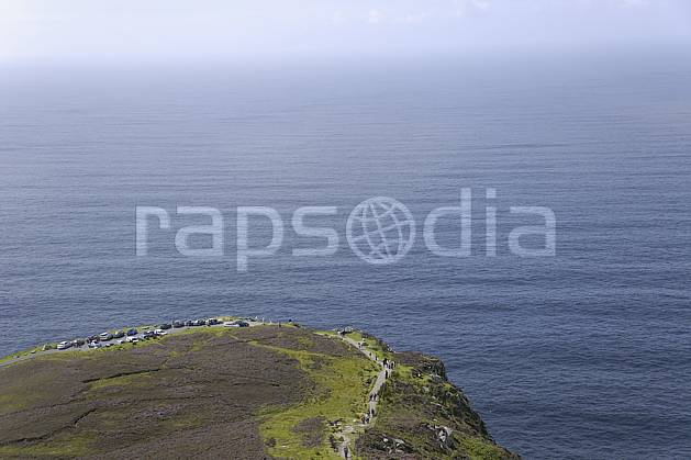 hb072017LE : Touristes le long des falaises de Slieve League, Donegal.  Europe, CEE, littoral, sentier, voiture, C02 mer, paysage, personnage (Irlande).