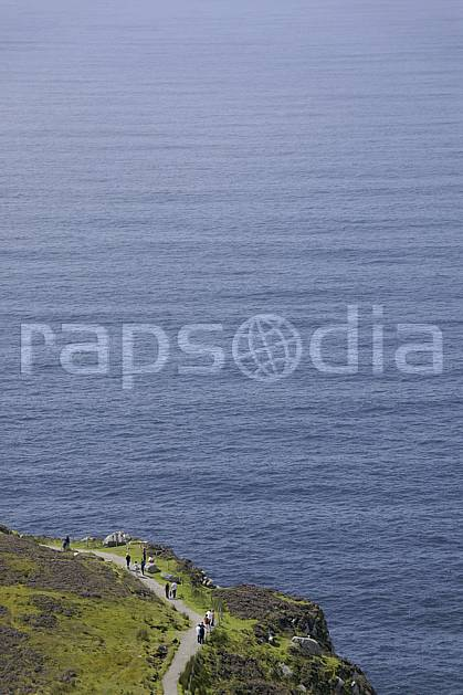hb072018LE : Touristes le long des falaises de Slieve League, Donegal.  Europe, CEE, littoral, sentier, C02 mer, paysage, personnage (Irlande).