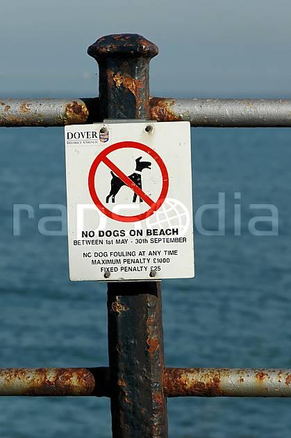 he040020LE : Douvres.  Europe, CEE, panneau, signalisation, barrière, C02, C01 environnement, mer (Royaume-Uni).