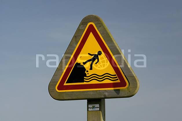he055314LE : Balisage du sentier littoral, Bretagne. randonnée pédestre Europe, CEE, sport, rando, loisir, action, sport de montagne, signalisation, C02, C01 environnement, mer (France).
