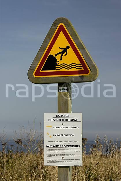 he055316LE : Balisage du sentier littoral, Bretagne. randonnée pédestre Europe, CEE, sport, rando, loisir, action, sport de montagne, signalisation, C02, C01 environnement, mer (France).
