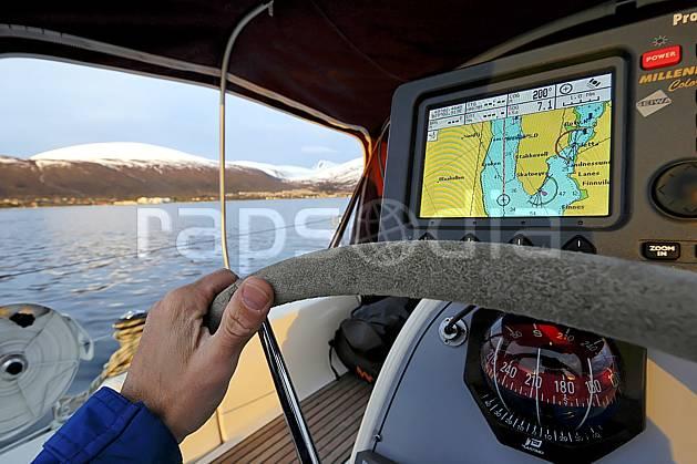 hf054342LE : GPS et boussole à bord d'un voilier.  Europe, CEE, instrument de navigation, bateau, voilier, C02, C01 environnement, matériel, mer, transport (France Norvège).