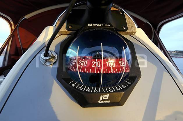 hf054343LE : Boussole à bord d'un voilier.  Europe, CEE, instrument de navigation, bateau, voilier, bousolle, C02, C01 environnement, mer, transport (France Norvège).