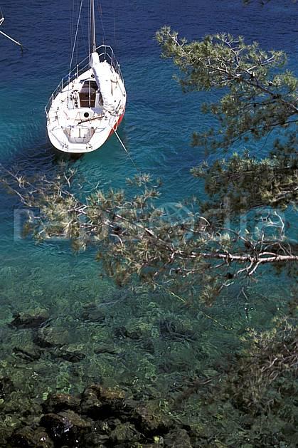 hf1178-04LE : Voilier dans les Calanques de Marseille, Bouche du Rhône.  Europe, CEE, bateau, C02, C01 environnement, mer, paysage, transport (France).