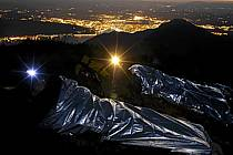 Lampe frontale, Bivouac au sommet des Dents de Lanfon, Vue sur Annecy, Haute-Savoie, ref ab055167GE
