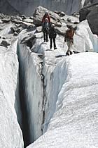 Marche sur glacier, Crevasse, Mer de Glace, Chamonix, Haute-Savoie, ref bb062863GE