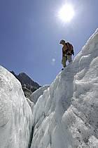 Marche sur glacier, Crevasse, Mer de Glace, Chamonix,  Haute-Savoie, ref bb062865GE