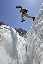 Saut de crevasse, Mer de Glace, Chamonix, Haute-Savoie, ref bb062867GE