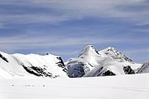 Vue sur Castor et Polux et cordées d'alpinistes montant au Breithorn, depuis les pistes de Cervinia, Alpes, ref bb072098LE