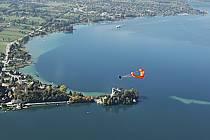 Parapente acrobatique au-dessus du lac d'Annecy, Haute-Savoie, ref cc042812GE