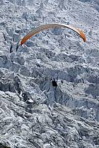 Parapente acrobatique dans le massif du Mont Blanc, glacier des Bossons, Haute-Savoie, ref cc054462GE