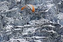 Parapente acrobatique dans le massif du Mont Blanc, glacier des Bossons, Haute-Savoie, ref cc054469GE