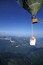 Paragliding, Roll over : jump straight out of the hot air balloon, Les Carroz, Haute-Savoie, Alpes, ref cc3000-01GE