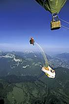 Paragliding, Roll over : jump straight out of the hot air balloon, Les Carroz, Haute-Savoie, Alpes, ref cc3000-05GE