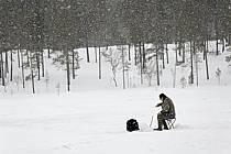 Pêche au trou sur un lac gelé, Laponie, ref ch061814GE