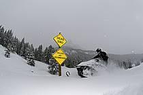 Motoneige freeride dans Granite Canyon, Jackson Hole, Wyoming - Off tracks snowmobiling in Granite Canyon, Jackson Hole, Wyoming, ref de080695GE