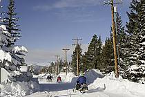 Motoneiges sur la route, West Yellowstone, Montana - Snowmobiles on a road, West Yellowstone, Montana, ref de080973GE