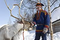 Costume traditionnel Lapon et renne, Vuotso, Laponie, Markku Nikodemus, ref eb061670GE