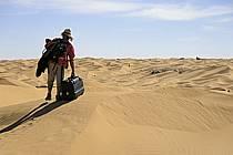 Voyageur égaré dans les dunes de sable / Traveller losting in desert, south of Douz, ref eb063705GE