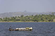 Pirogue sur le lac de Samaya - Pirogue on the lake of Samaya, ref eb072736GE