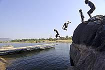 Enfants plongeants depuis les rochers de Viande, sur le lac de Samaya - Children diving into the lake of Samaya from les rochers de Viande, ref eb072750GE