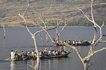 Pirogues sur le lac de Samaya - Pirogues on the lake of Samaya, ref eb072757GE