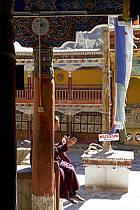 Moine au monastère d'Hémis (Hemis gompa), Ladakh - Monk in the Hemis Monastery (Hemis gompa), Ladakh, ref eb081961GE
