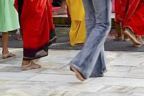 Pieds nus dans un temple Hindou - Unshod in a Hindu temple, ref eb082152LE