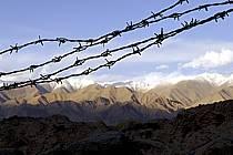 Fils de fer barbelés et Himalaya, Ladakh - Barbed wire and Himalayan range, Ladakh, ref ee081888LE