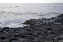 Orgues basaltiques et barque de pêche, Giant's Causeway (Chaussée des Géants), Ulster (Irlande du Nord), ref ef071953GE
